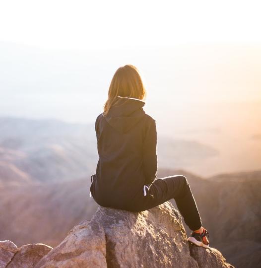photo d'une femme en haut d'une colline